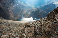 在山之间的蓝色湖 免版税库存照片