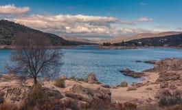 在山之间的蓝色湖 库存照片