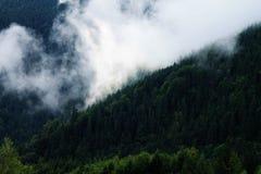 在山之间的云彩 免版税库存图片