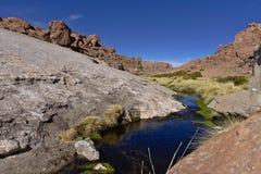 在山之间的地热水池 免版税图库摄影