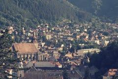 在山之间的城市 库存照片