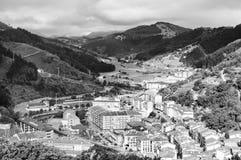 在山之间的村庄 免版税库存照片