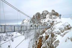 在山之间的桥梁 库存照片