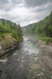 在山之间的河 免版税库存照片