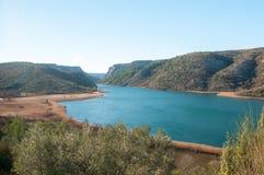 在山之间的河Krka 免版税图库摄影