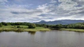 在山之间的湖 免版税库存图片