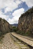 在山之间的老铁路 免版税库存图片