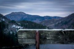 在山之间的长凳 库存照片