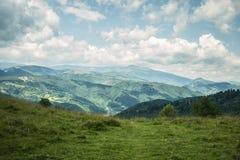在山之间的风景村庄 库存图片