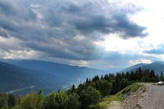 在山之间 免版税库存照片