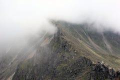 在山云彩顶部 库存照片