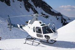 在山停放的白色抢救直升机 免版税库存图片