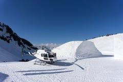 在山停放的白色抢救直升机 库存图片