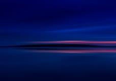 在山光滑的湖的水平的深刻的生动的日落 免版税库存图片