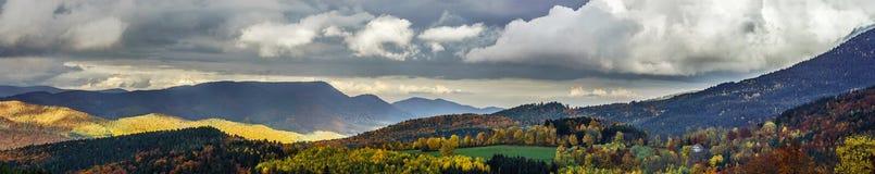 在山全景的美好的多暴风雨的天气 库存照片