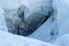 在山冰川冰的巨大的裂缝 库存图片