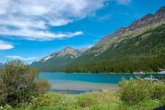 在山前面的一个湖 免版税库存照片