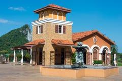 在山前面的美丽的房子 免版税图库摄影