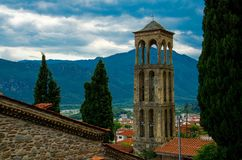 在山前面的钟楼在镇Kalabaka,希腊里 免版税库存图片