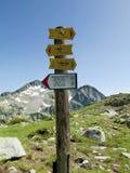 在山口的方向标箭头在Pirin,保加利亚 库存照片