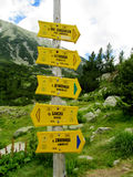 在山口的方向标箭头在Pirin,保加利亚 免版税库存图片