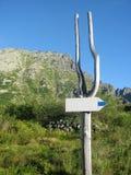 在山口的方向标箭头 库存照片