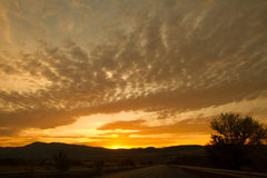 在山后的太阳集合前 库存图片