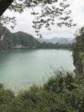 在山后的平安的湖 库存图片