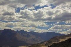 在山和云彩阴影的美丽的阴云密布 免版税库存图片