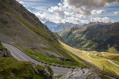 在山和多云天空的路 免版税库存照片