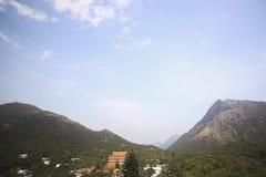 在山和天空背景的中国寺庙  美好的横向 图库摄影