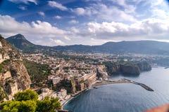 在山和天空蔚蓝云彩的夏天风景 优质英尺长度、小镇海滩的和岩石,橄榄树,路和 库存图片