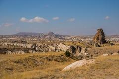 在山和岩石的全景 在天际Uchisar剪影  Cappadocia,土耳其 库存照片