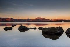 在山和岩石Milarrochy海湾的日出 库存图片