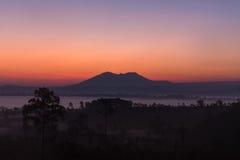 在山和有薄雾的森林上的日出在早晨 库存图片