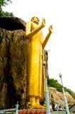 在山和树的菩萨雕象和美丽的蓝天在公共场所 库存照片