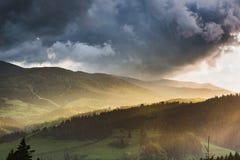 在山和森林的暴风云 免版税库存照片