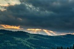 在山和森林的暴风云 库存照片