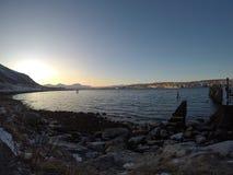 在山和海湾的日出 库存图片