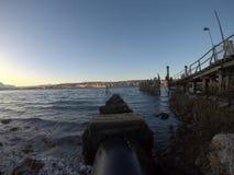 在山和海湾的日出tromsoe的 库存照片