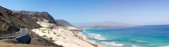 在山和海滩的路圣地维森特,佛得角海岛  免版税图库摄影