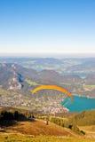 在山和湖的滑翔伞 免版税库存图片