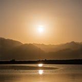 在山和盐水湖的日落在南西奈,宰海卜 免版税图库摄影