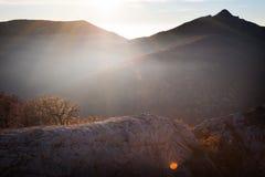 在山和聚焦的秋天以面带笑容的形式 免版税库存照片