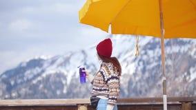 在山和饮料水背景的一个年轻俏丽的妇女身分  影视素材