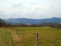 在山和高小山的多云天在beautifull国家在中部在欧洲,捷克 免版税库存照片