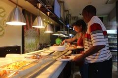 在山咖啡馆里面的人们在桌山国家公园在开普敦,南非外面 免版税库存照片