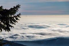 在山土坎的云彩上 免版税图库摄影