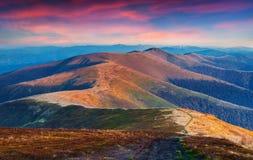 在山土坎的五颜六色的秋天日落 免版税图库摄影