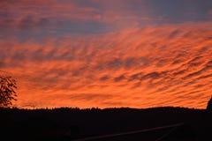 在山土坎的美妙的日落 与明亮的红色血液颜色的美好的风景 库存图片